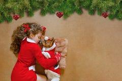 Perro de perrito del abarcamiento de la niña Foto de archivo libre de regalías