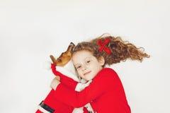 Perro de perrito del abarcamiento de la niña Imagen de archivo libre de regalías