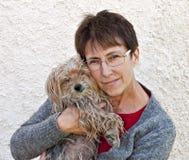 Perro del rescate con nuevo cuidador Imágenes de archivo libres de regalías