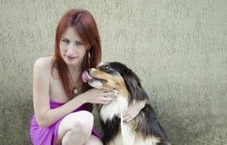 Perro divertido con la mujer feliz fotografía de archivo libre de regalías