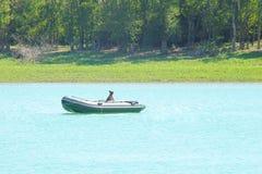 Perro en el barco en el lago Fotografía de archivo libre de regalías