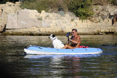 Perro en una canoa Foto de archivo