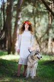 Perro esquimal y la muchacha Fotografía de archivo