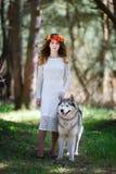 Perro esquimal y la muchacha Imagen de archivo libre de regalías