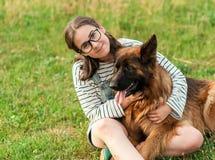 Perro feliz y dueño que disfrutan de la naturaleza en el parque Fotografía de archivo libre de regalías