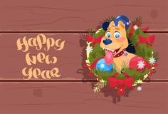 Perro lindo 2018 de la bandera de la Feliz Año Nuevo en Garland On Wooden Textured Background Fotos de archivo libres de regalías