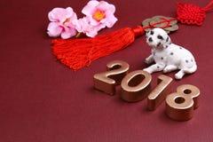 Perro miniatura con las decoraciones 2018 del Año Nuevo del chinse Foto de archivo