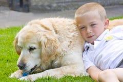 Perro perdiguero y muchacho Fotos de archivo libres de regalías