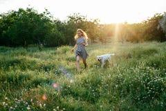 Perro que camina de la muchacha en parque Imagenes de archivo