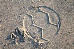 Perro que juega a fútbol en la playa imagen de archivo