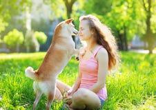 Perro y dueño en parque Imagenes de archivo