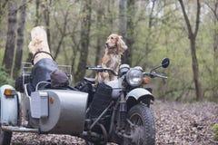 Perro y en la motocicleta soviética vieja Foto de archivo