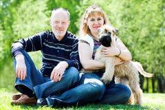 Perro y familia del terrier Fotos de archivo