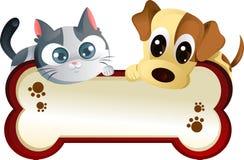 Perro y gato con la bandera Fotografía de archivo libre de regalías