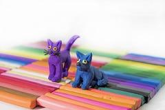 Perro y gato en fondo coloreado Fotografía de archivo