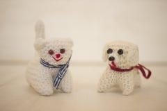 Perro y gato lindos hecho a ganchillos Fotos de archivo