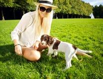 Perro y mujer de la hora del recreo en parque Fotografía de archivo