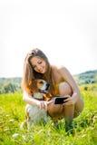 Perro y mujer - mundo moderno Foto de archivo