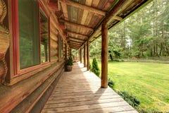 Perron de la vieille cabine de log rustique. images stock