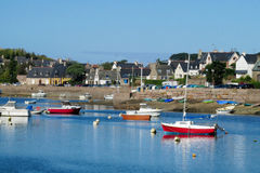 Perros Guirec Bay con los barcos y las casas Fotos de archivo