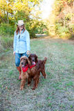 Perros que recorren de la mujer Foto de archivo libre de regalías