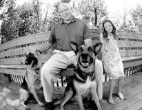 Perros y familia del reloj Imagen de archivo