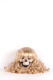 Perruque de longs cheveux blonds d'isolement sur le blanc images libres de droits