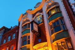 Perruquier Costumiers som bygger med den antika klockan i kineskvarteret, London arkivfoton