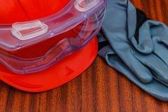 Persönliche Schutzausrüstung: Sturzhelm, Handschuhe, Schutzbrillen lizenzfreies stockfoto