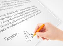 Persönliche Unterzeichnung der Handschrift auf einer Papierform Stockfoto