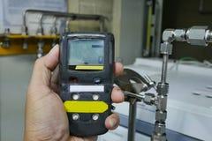 Persönlicher H2S-Gas-Detektor, Kontrollgasleck Weiße getrennte 3d übertragen stockbilder