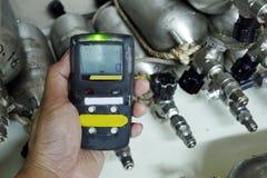 Persönlicher H2S-Gas-Detektor, Kontrollgasleck Weiße getrennte 3d übertragen lizenzfreie stockfotos