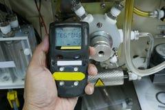 Persönlicher H2S-Gas-Detektor, Kontrollgasleck Weiße getrennte 3d übertragen lizenzfreies stockfoto
