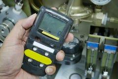 Persönlicher H2S-Gas-Detektor, Kontrollgasleck Weiße getrennte 3d übertragen stockbild