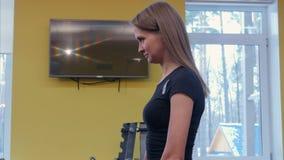 Persönlicher junger Frau des Trainers, zeigend, wie man Barbells in der Turnhalle benutzt stock video footage