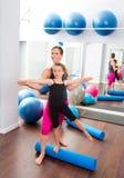 Persönlicher Kursleiter der Aerobicsfrau des Kindmädchens Lizenzfreie Stockfotografie