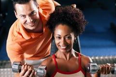 Persönlicher Kursleiter in der Gymnastik lizenzfreies stockfoto