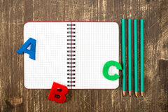Persönlicher Organisator mit Bleistiften und ABC-Buchstaben Lizenzfreies Stockfoto