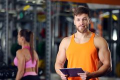 Persönlicher Trainer, der Klemmbrett mit Trainingsplan hält lizenzfreies stockbild