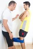 Persönlicher Trainer, der Training erklärt Stockfotos