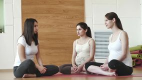 Persönlicher Trainer gibt den schwangeren Frauen auf Übungen Rat stock footage