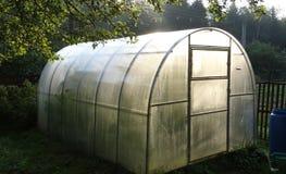 Persönliches Gewächshaus für Gurken im Land Stockbild