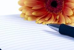 Persönliches Tagebuch und Blume 2 Stockbild