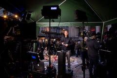 Pers die levende transmissie voor de Beurs van Brussel na de terroristische aanslagen van 22 Maart, 2016 voorbereiden Stock Afbeeldingen