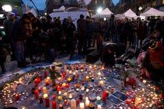 Pers die levende transmissie voor de Beurs van Brussel na de terroristische aanslagen van 22 Maart, 2016 voorbereiden Stock Foto's