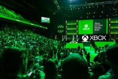 Pers die zich bij Xbox-media het informeren verzamelen royalty-vrije stock foto's