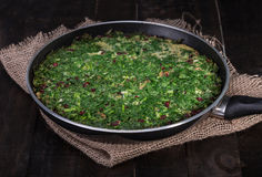 Pers Mieszał ziele frittata z berberysem pospolitym i orzechem włoskim w niecce Ku Obraz Royalty Free