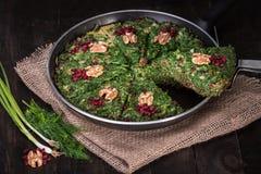 Pers Mieszał ziele frittata z berberysem pospolitym i orzechem włoskim w niecce Kuku i Zereshk obraz stock