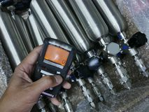 Pers?nlicher H2S-Gas-Detektor, Kontrollgasleck Sicherheitskonzept des Sicherheitssystems lizenzfreie stockfotos