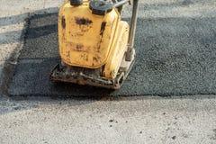 Pers op nieuw asfalt stock foto